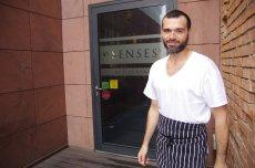 Szef kuchni Andrea Camastra przed restauracją Senses.