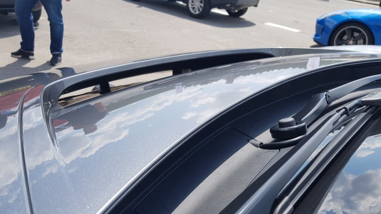 Z przodu znajduje się na masce specjalny spojler, który z jednej strony ma chłodzić, a z drugiej poprawiać właściwości jezdne pojazdu.