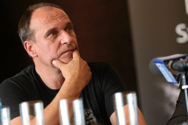 Paweł Kukiz pyta, czy jego żona też może dostać wysoką nagrodę, skoro pracuje dużo po godzinach jako nauczyciel?
