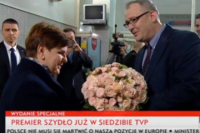 Premier Beata Szydło przyjmuje kwiaty od szefa Telewizyjnej Agencji Inforamacyjnej Mariusza Pilisa.