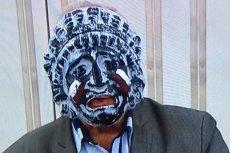 """Senator Jan Rulewski nosił maskę podczas wystąpienia, by zaprotestować przeciwko łamaniu Konstytucji przez PiS. Wicemarszałek Maria Koc (PiS) odebrała my głos za """"uwłaczanie godności senatora""""."""