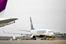 Trójka niedoszłych pasażerów lotu z Gdańska do Warszawy wtargnęła w poniedziałek na płytę lotniska w Rębiechowie, by ścigać samolot, na który się spóźnili.