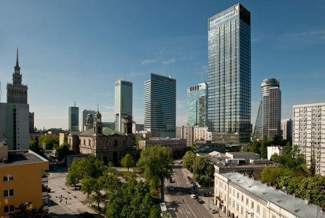 Wieżowiec Cosmopolitan góruje nad centrum Warszawy.