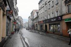 Właśnie tak większość wyobraża sobie średnie miasto w Polsce - ponure, ciche i niezbyt ładne. Jedna przez kilka lat wszystko to się poprawiło. To, co może takie miasta pogrzebać to brak mieszkańców.
