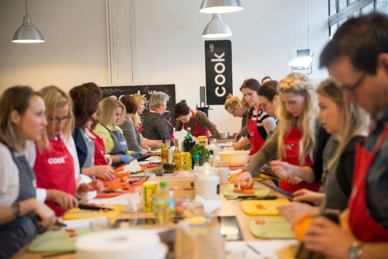 """Jak przygotować drób w smaczny i bezpieczny sposób – tego uczyli się uczestnicy warsztatów """"Drób na świątecznym stole"""""""