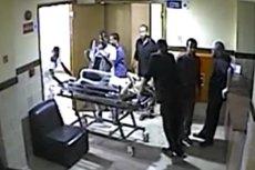 Magdalenę Żuk w szpitalu otaczał szereg pracowników placówki.