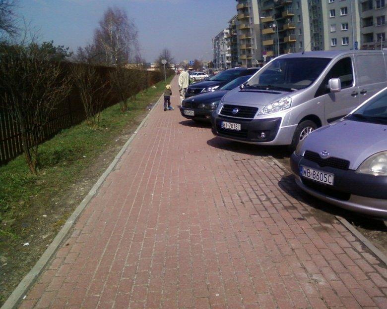 Tak parkują samochody przy ul. Osmańczyka w Warszawie.