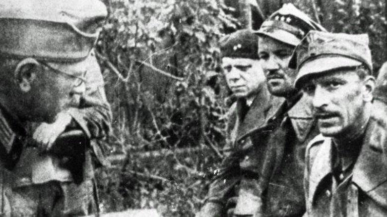 7 września 1939, Niemcy przesłuchują polskich żołnierzy po kapitulacji Westerplatte.