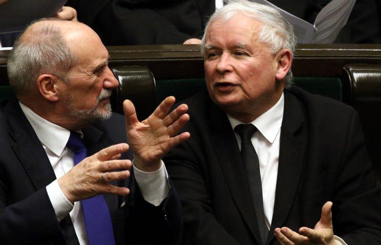 Wieczorna rozmowa Jarosława Kaczyńskiego z Antonim Macierewiczem wydaje się bardzo ożywiona.