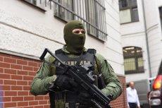 """""""Grzecznego, normalnego chłopaka"""" który podłożył bombę, eskortowali uzbrojeni po zęby policjanci."""