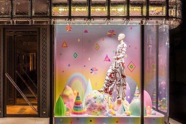 Wielkie domy mody prześcigają się w fantazji dotyczącej wystaw. Hermes to jeden z mistrzów visual merchandisingu •