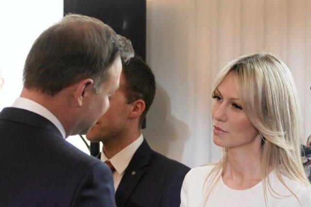 Magdalena Ogórek gratuluje Andrzejowi Dudzie zwycięstwa w wyborach prezydenckich.