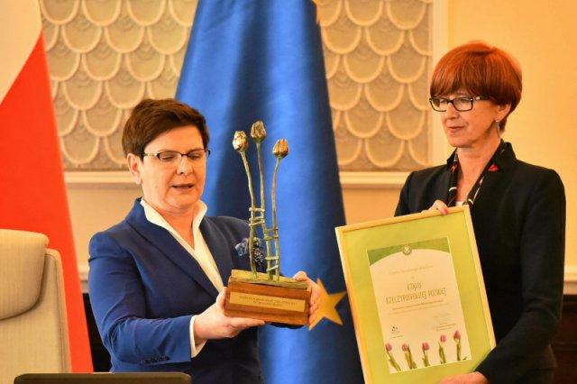 Premier odebrała nagrodęz rąk minister Rafalskiej.