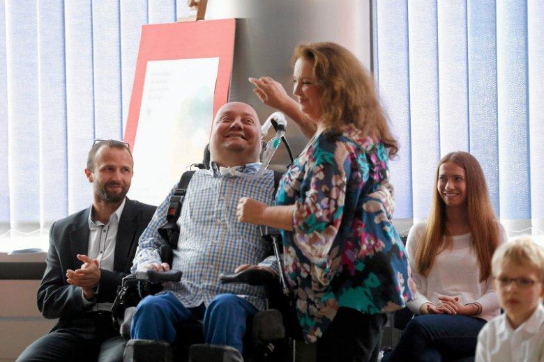 Janusz Świtaj w 2007 roku prosił o eutanazję. Zajęła się nim fundacja Anny Dymnej. Dziś skończył studia.