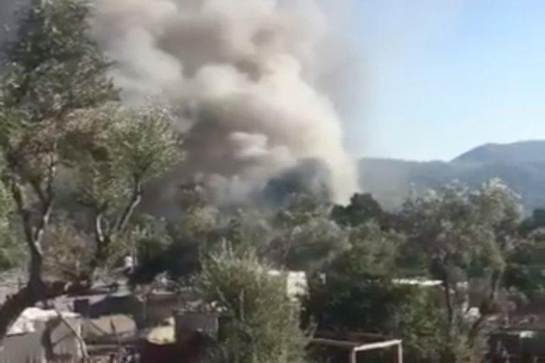 Uchodźcy podpalili kontenery, w których spali.