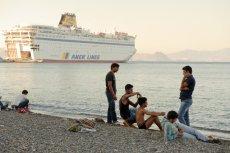 Uchodźcy czekający na prom na greckiej wyspie Kos