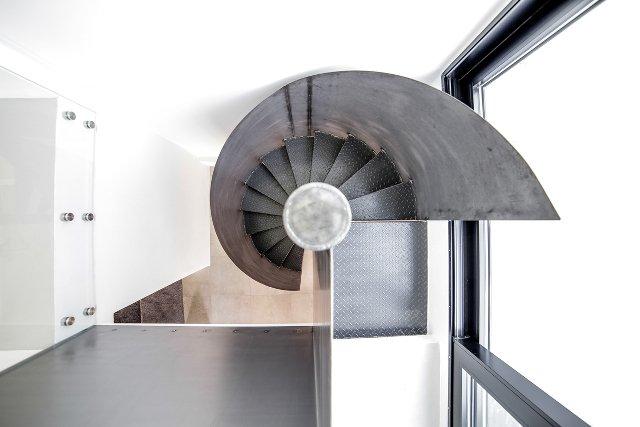 Wąskie klatki schodowe można poszerzać albo ciekawie zaaranżować. Na zdjęciach – wnętrza domu typu kostka zaaranżowane przez specjalistów z firmy [url=https://oknoplast.com.pl/]Oknoplast[/url]