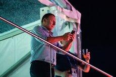 Na zdjęciu prezes TVP Jacek Kurski podczas transmisji meczu w amfiteatrze opolskim w trakcie festiwalu piosenki polskiej.