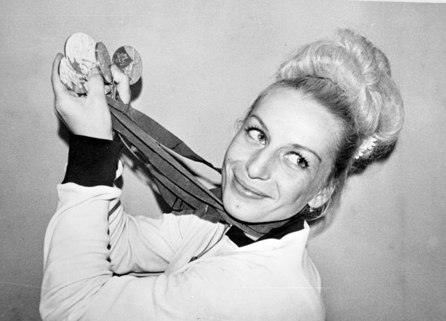 Piękna Věra Čáslavská i jej medale. W epoce największych sukcesów była jedną z najbardziej rozpoznawalnych kobiet globu.
