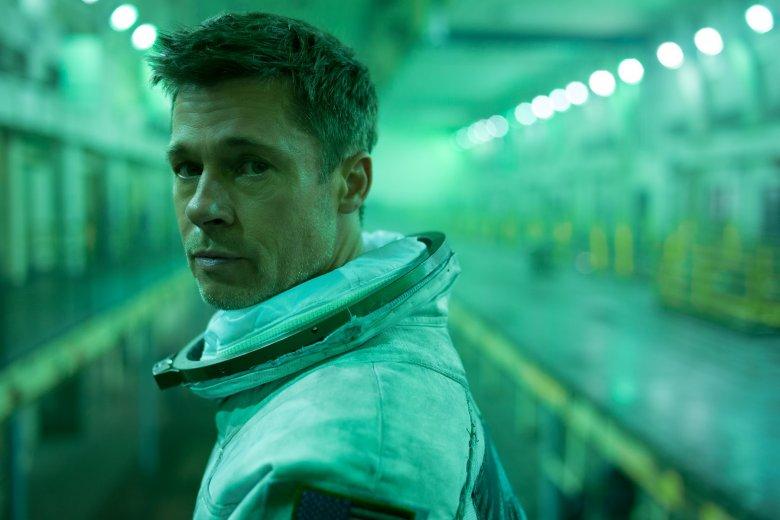 Brad Pitt nie przestaje zadziwiać. Nie tylko udźwignął na barkach tak spektakularny film, ale i przyćmił inne gwiazdy - dosłownie i w przenośni