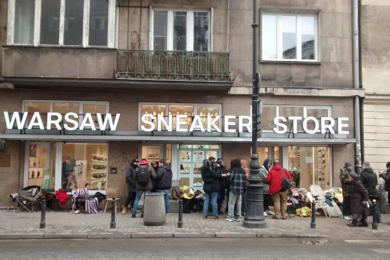 Podczas godzinnej przerwy pod sklepem było zaledwie kilka osób.