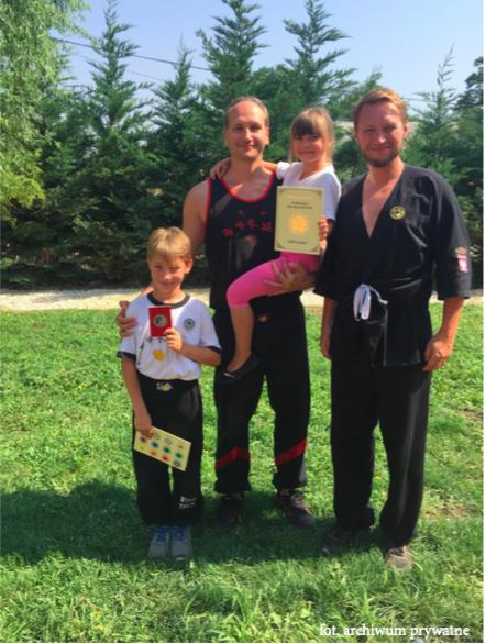 Od lewej: Si-hing Antoni Wieczorek (lat 9), Sifu Dariusz Gradowski 5. stopień mistrzowski I.W.T.A. E.E.W.T.O, Si-mei Zofia Wieczorek (lat 6), Si-hing Łukasz Wieczorek 1. stopień mistrzowski I.W.T.A. E.E.W.T.O