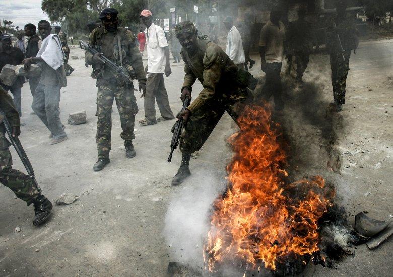 Żołnierze kenijskiej armii likwidują płonącą barykadę w mieście Naivasha.