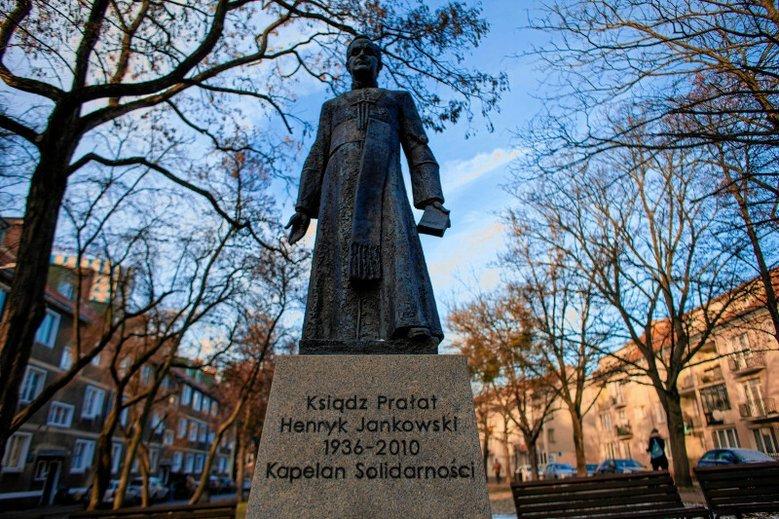 Wiele osób domaga się zburzenia pomnika Henryka Jankowskiego. Po latach przerwano zmowę milczenia na temat pedofilskich skłonności księdza prałata.
