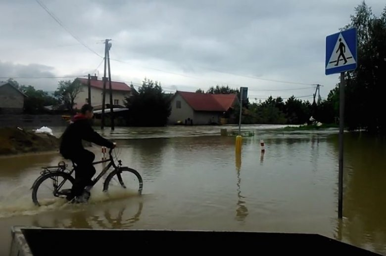 Podtopienia w Bobrowej na Podkarpaciu. Prognozy dla południa Polski nadal nie są obiecujące.