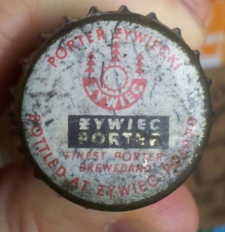 """Kapsel z napisem """"brewed and bottled at Żywiec""""."""