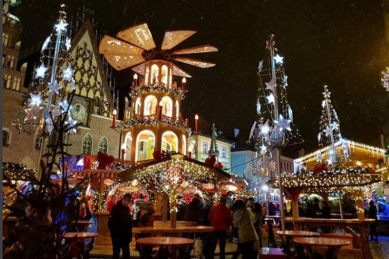 Na jarmarku bożonarodzeniowym we Wrocławiu można spróbowąc lokalnych potraw i kupić ręcznie robione prezenty