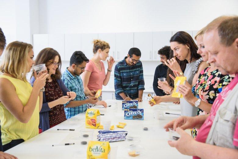 ''Testerzy'' wyrobów Mondelēz International podczas pracy w laboratorium sensorycznym wrocławskiego Centrum RDQ