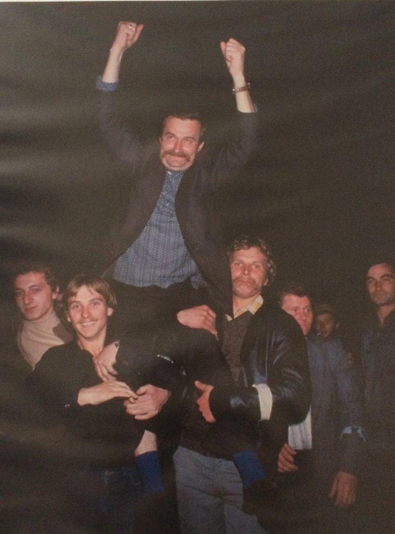 Z Lechem Wałęsą współpracowałem w latach 70-tych w Wolnych Związkach Zawodowych. Po zwycięskim strajku sierpniowym w 1980 roku wynoszę z kolegami Lecha na rękach.