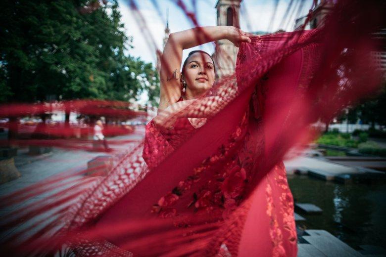 We flamenco rolę odgrywają nawet ozdoby do włosów, wiele tancerek uważa, że dodają pewności siebie. Najpopularniejsze są kwiaty i peinety, czyli ozdobne grzebyczki wpinane w koki.