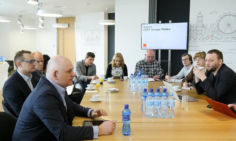Wiceprezes Piotr Muszyński podczas spotkania z dziennikarzami w sprawie II edycji raportu CERT Orange Polska