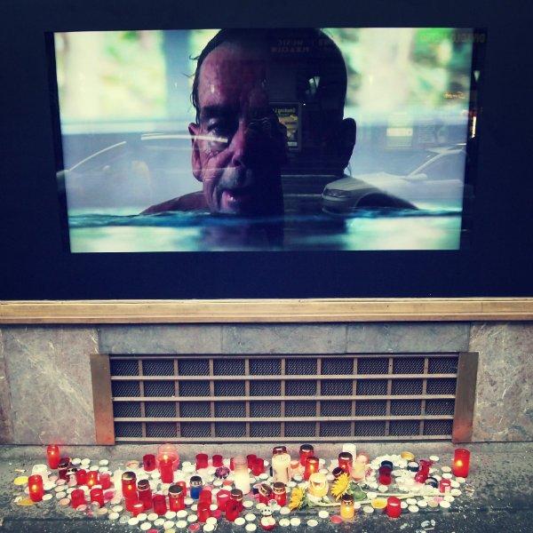 Havel w basenie na 25-lecie wolności. Wideo puszczone w pętli pokazywało prezydenta pływającego żabką.