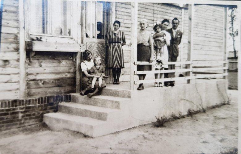 Rodzina Budniaków na schodach leśniczówki, tuż przed aresztowaniem