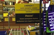 W jednym ze sklepów w Barlinku ostrzega się obywateli Ukrainy, że po odejściu od kasy będą przechodzić kontrole
