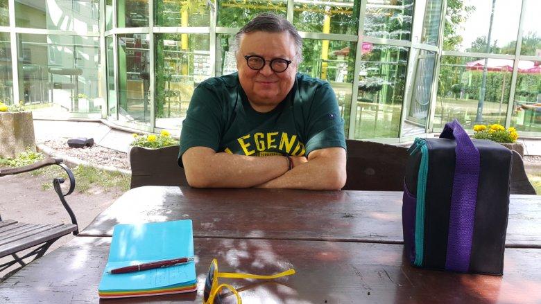 Wojciech Mann i jego torba pełna płyt do kolejnej audycji w Trójce.
