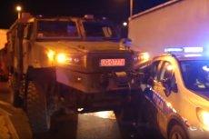 Nietypowy wypadek w Szczytnicy: policyjny radiowóz został staranowany przez wojskową ciężarówkę.