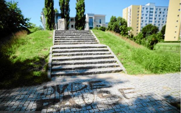 Napis przed kopcem Anielewicza
