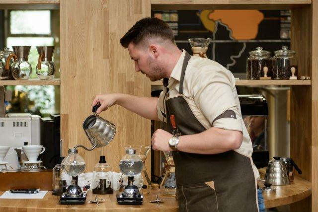 W podpoznańskiej Manufakturze Kawy MK Cafe proces palenia kawy jest nadzorowany przez baristów.