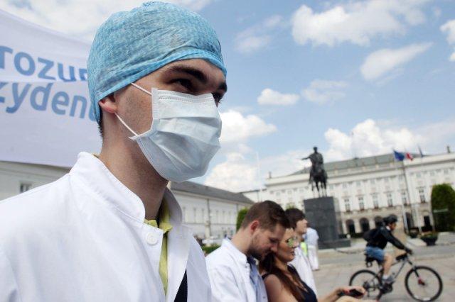 Lekarzom rezydentom dokuczają nie tylko niskie zarobki...