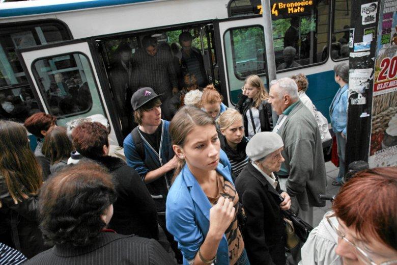 Tłumy w tramwajach latem bywająwiększe, niżzimą.