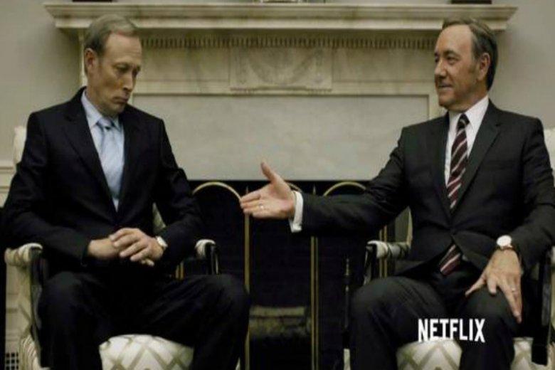 Podobieństwo kadru z serialu i zdjęcia ze spotkania Trump-Putin jest uderzające.