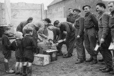Spośród setek tysięcy weteranów Polskich Sił Zbrojnych na Zachodzie żyje już tylko 22. Na zdjęciu polscy żołnierze 1 Dywizji Pancernej, dzielący się jedzeniem z dziećmi w Holandii (październik 1944)