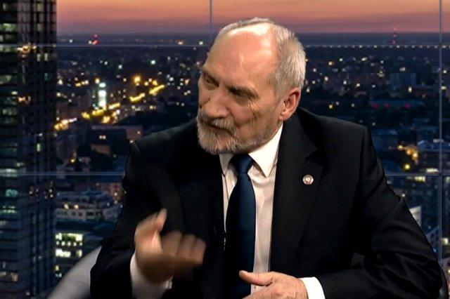 """Antoni Macierewicz wskazuje nowego winnego w sprawie Smoleńska. Szef MON mówi o """"kluczowej roli"""" Cezarego Grabarczyka."""