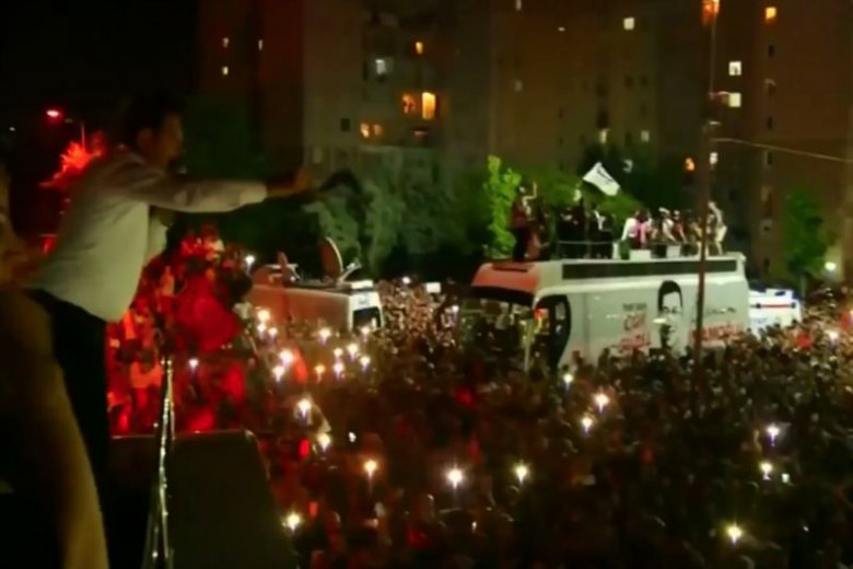 Turcy świętują zwycięstwo opozycji w Stambule.