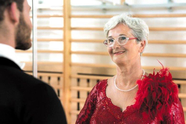 Pani Danucie z Góry Kalwarii córka pomogła spełnić marzenie dotyczące zatańczenia walca wiedeńskiego w długiej, czerwonej sukni