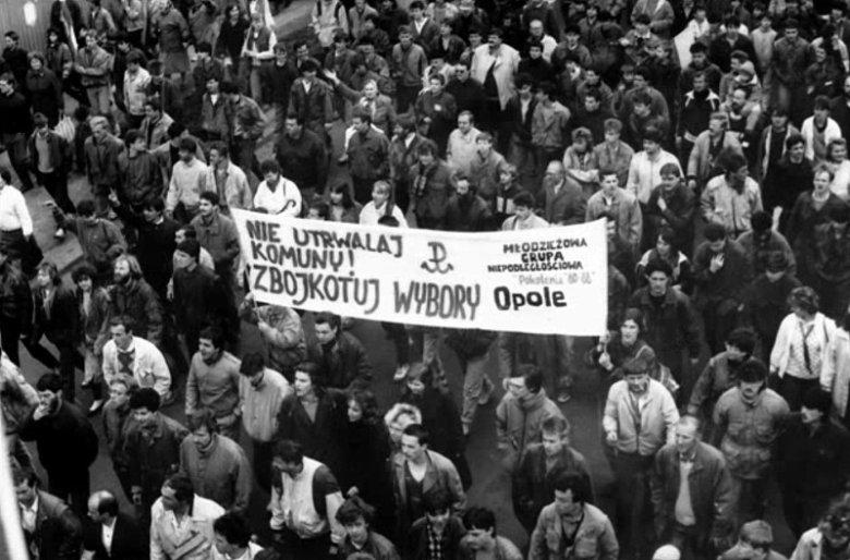 """Jerzy Golczuk: """"Opole było niezwykle spokojnym miastem i ludzi walczących z komuną była garstka. Co było oczywiście na rękę bezpiece. Dlatego jak wyjeżdżaliśmy na demonstracje do Wrocławia czy na Śląsk, to transparent musiał być największy."""""""